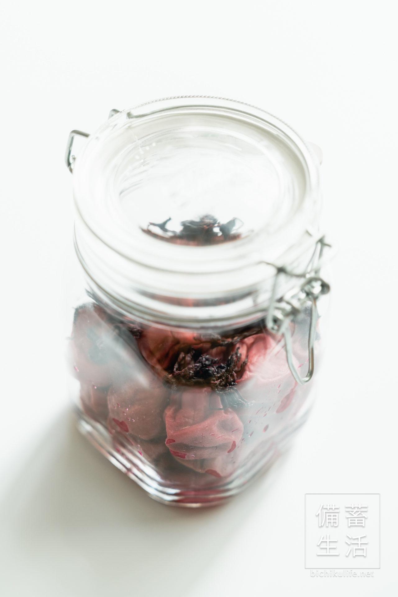 梅干しづくり 自家製梅干しを作るアイデア、梅の土用干しをする、干した梅と赤じそを保存容器に保管する