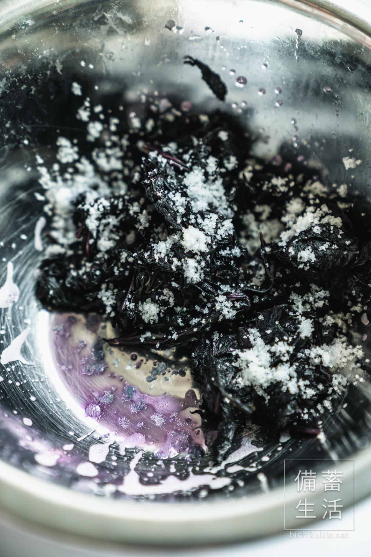 梅干しづくり 自家製梅干しを作るアイデア、赤じそを漬ける、赤じそを粗塩で揉む
