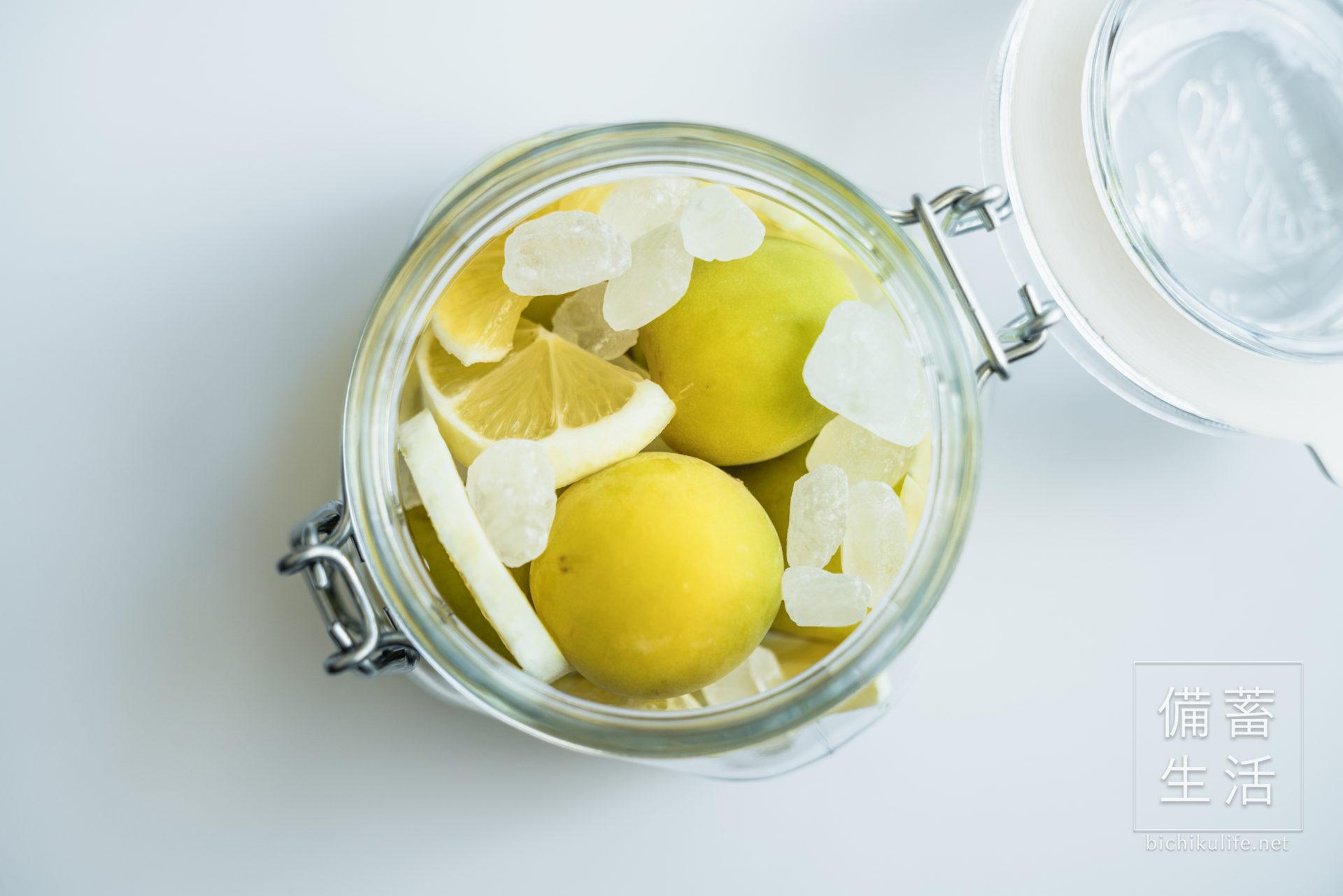 梅シロップ はちみつレモンのレシピ、保存瓶に梅と氷砂糖、レモンを詰める