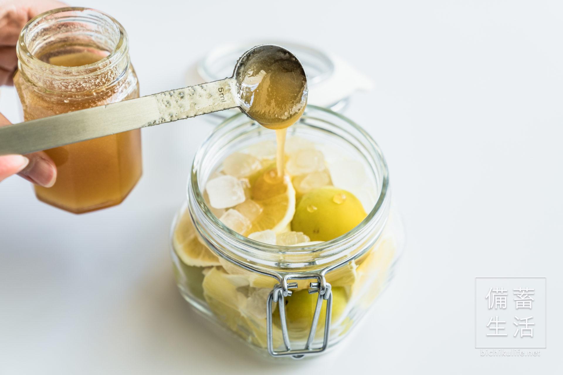 梅シロップ はちみつレモンのレシピ、保存瓶に蜂蜜を注ぐ