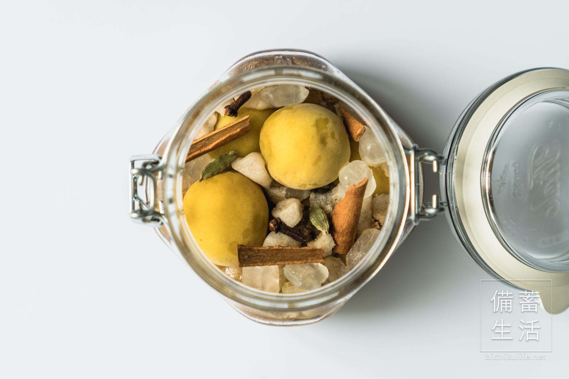 梅シロップ スパイス梅シロップのレシピ、保存瓶にスパイスを入れて漬け込む