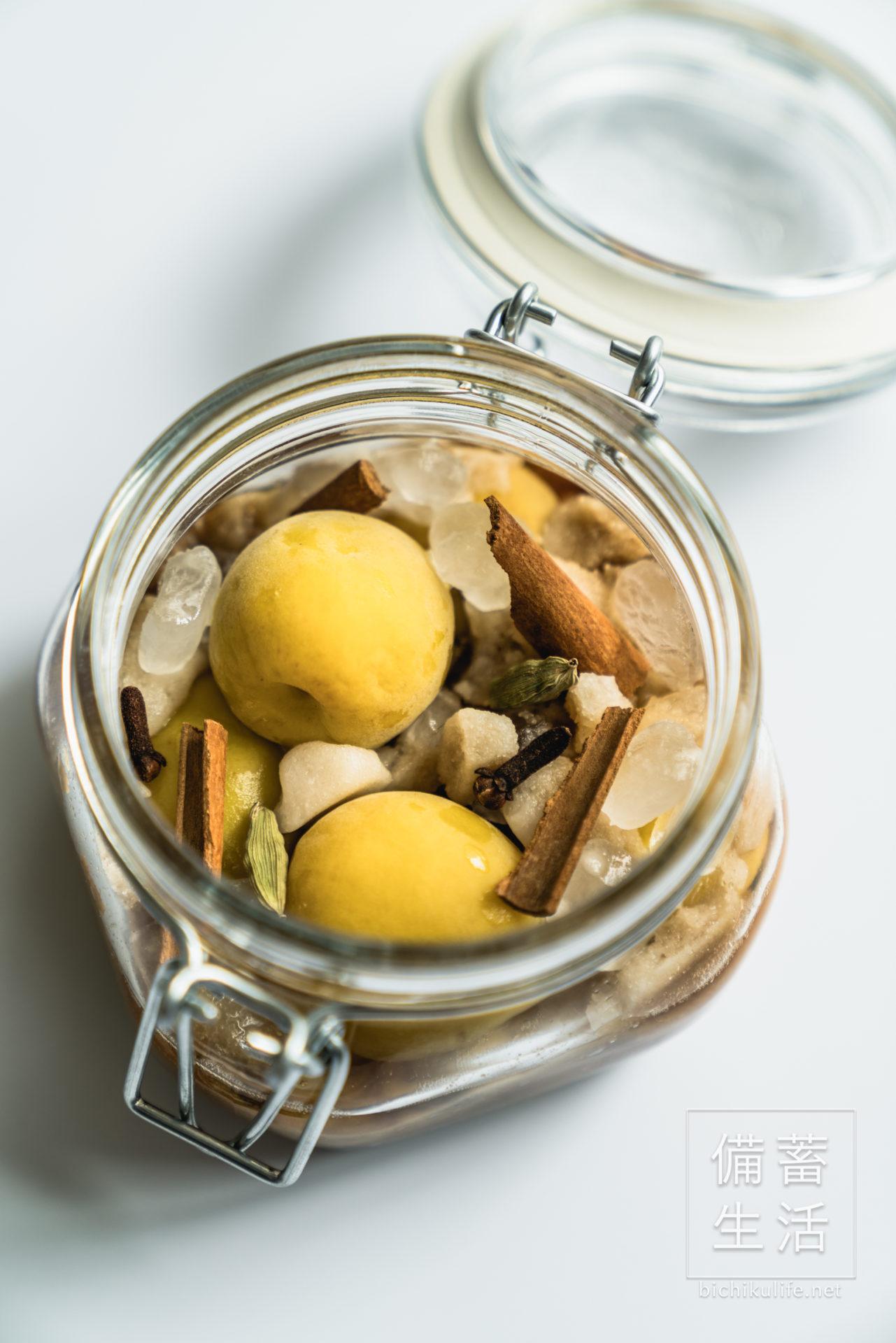 梅シロップ スパイス梅シロップのレシピ、保存瓶にスパイスを追加して漬け込む
