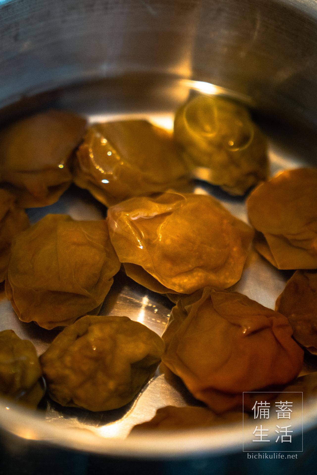 梅ジャムの作り方・レシピ(梅シロップに残った梅で作る)、鍋に梅と水を入れる