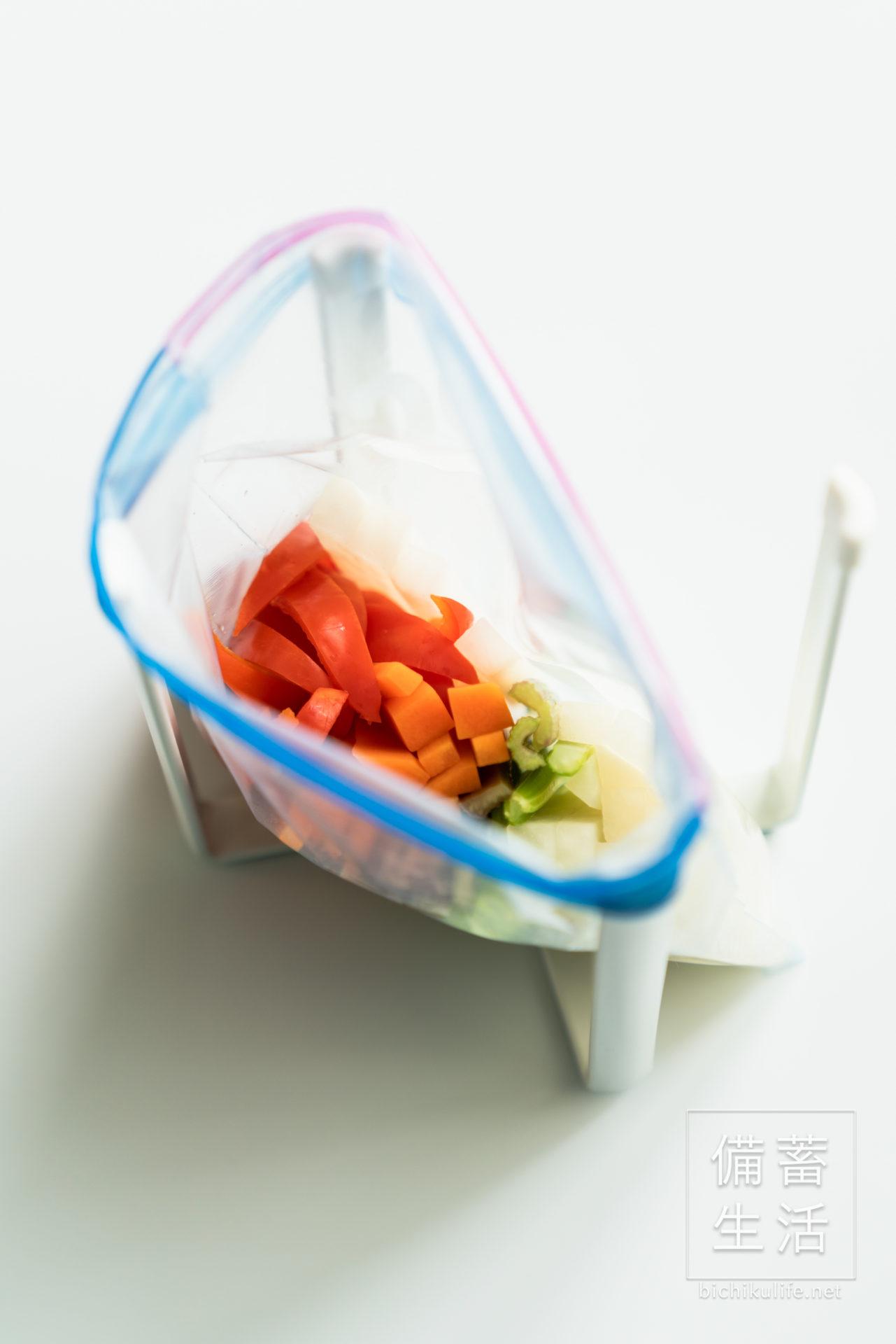 自家製ピクルスのレシピ、野菜にピクルス液を入れる